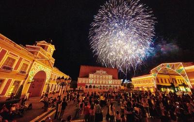 ナイトスペクタクルのラストを飾る花火と音楽の競演「ムーンナイトフィナーレ」は必見/「志摩スペイン村」