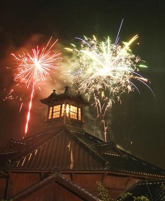【写真を見る】歴史的建造物との競演が美しい「博物館 明治村」の打ち上げ花火