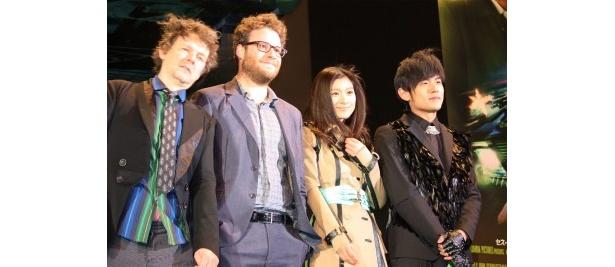 『グリーン・ホーネット』のプレミアにて。左から、ミシェル・ゴンドリー監督、セス・ローゲン、篠原涼子、ジェイ・チョウ