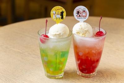 バニラアイスをトッピングした「リサとガスパールのサンテ!ソーダ」(864円)。左がソーダ、右がストロベリー
