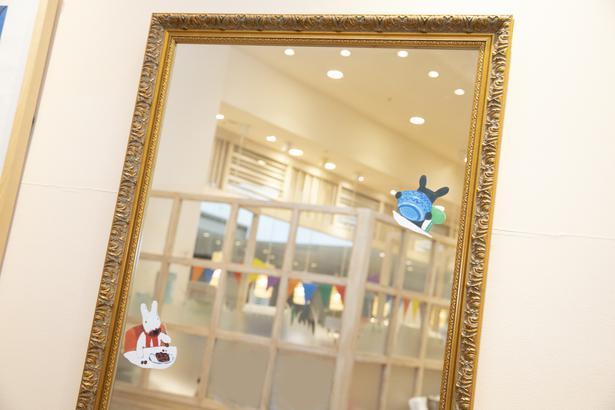 鏡の中に小さなリサとガスパールが。「食事をしているシーンですね」とぶんみかさん