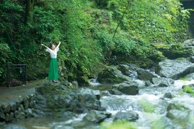 滝の下流は、階段を降りて水際まで行ける/箕面大滝