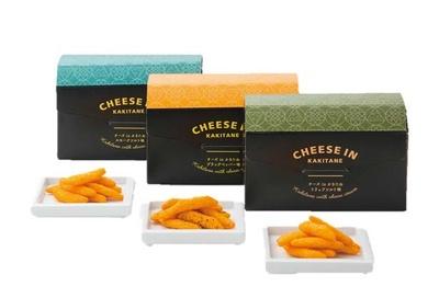 柿の種にチーズクリームが入った「チーズ in かきたね」(各540円) / かきたねキッチン