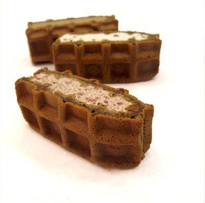 三種三様、バレンタインシーズンならではのチョコの味「ワッフル3個セット」(378円)