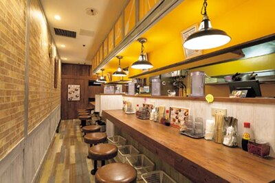 オレンジと茶色をベースとした店内は落ち着いた雰囲気/カレー倶楽部ルウ 梅田店
