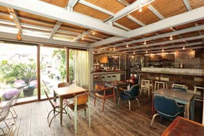 ビルの屋上に広がる緑豊かな空間でリラックス。朝活スポットとしても人気/ASAGOPAN-Pinebrooklyn morning-