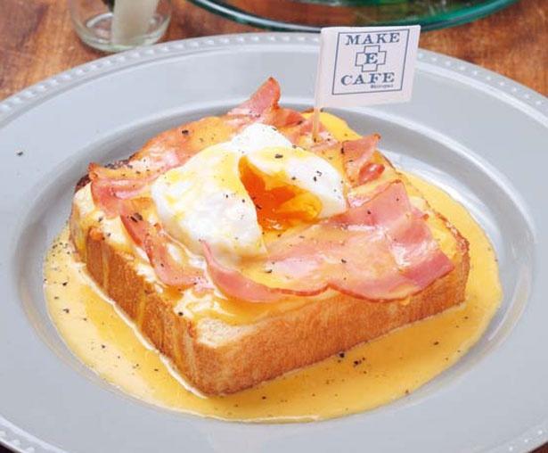 【写真を見る】トロットロの半熟卵と特製ソースがあふれだすエッグベネディクト(756円)/MAKE E CAFE