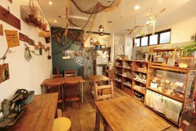 木材を多用した店内は、テーブルや棚などの家具にいたるまで店主の手作り/MAKE E CAFE