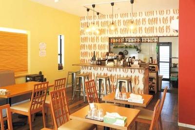 広々とした店内は外から明るい光が射し込む。壁にはポップな唐辛子のイラストが!/欧風カレーとスリランカカレーのお店 PEACE CURRY