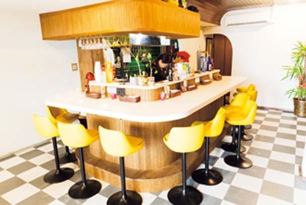 チェックの床に黄色の椅子がかわいい店内は、入りやすい雰囲気/Cini CURRY