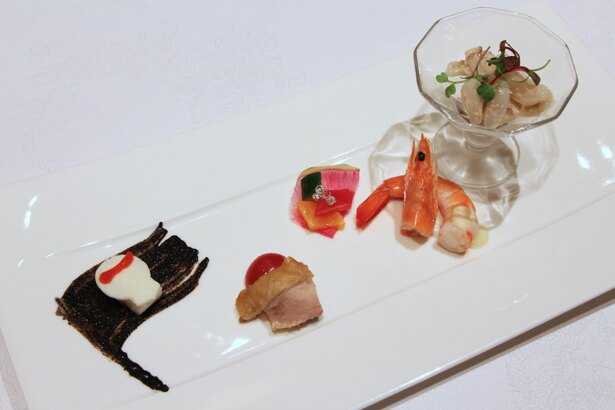 さまざまな味わいを楽しめる、季節の前菜盛り合わせ。ドクロの下の海賊旗は、イカ墨で描かれている