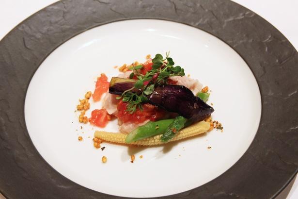 豚肉と野菜の湯引き チリトマトソース。チリソースのおこげがサクサクした食感をプラス