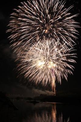 【写真を見る】第5回 八女のまつり光と音楽の花火大会 / 1万4000発もの花火が夜空を豪快に彩る