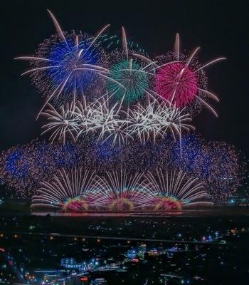 第32回 やつしろ全国花火競技大会 / 1万4000発もの花火が夜空を豪快に彩る