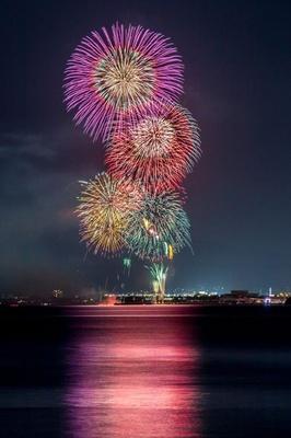 あいら市花火大会 / 花火のまばゆい光が夜空を照らし轟音がこだまする