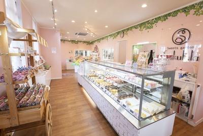 【写真を見る】かわいいピンク色の店内は、その場にいるだけでほっこりと優しい気持ちに