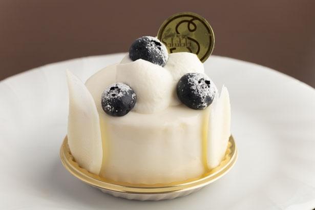 真っ白なレアチーズムースの周りにはホワイトチョコを飾る