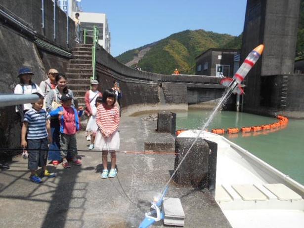 水を噴出させながら勢いよく呼び出すペットボトルロケット