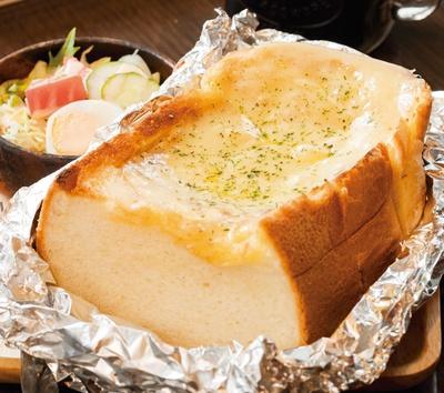 「チーズトースト(サラダ・ドリンク付き)」(580円~)/BACK STREET COFFEE