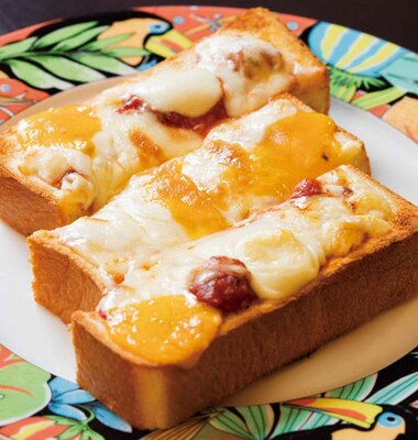 【写真を見る】チェダー、ゴーダ、モッツァレラなど、チーズのボリューム感がたまらないチーズトースト(756円)/珈琲艇キャビン