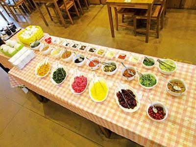 【写真を見る】20種類以上のトッピングで、オリジナルの卵かけご飯を作ろう! / もっくる新城