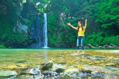 神鍋高原随一の涼スポットの「八反の滝」。浅い滝壺が広がり、水辺で涼を楽しむことができる。天気のいい昼間など水面がキラキラと輝く/八反の滝