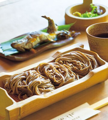 そばは並(810円)、大盛(1242円)の2つ。ヤマメの塩焼き(奥・648円)などの炭火焼き料理も人気/床瀬そば