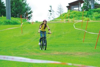 専用リフトで自転車を運び、専用コースを下る「UP MTB PARK」。初心者コースやレンタル(4000円から)もあるので手ぶらでもOK。1日券(3500円)/アップかんなべ