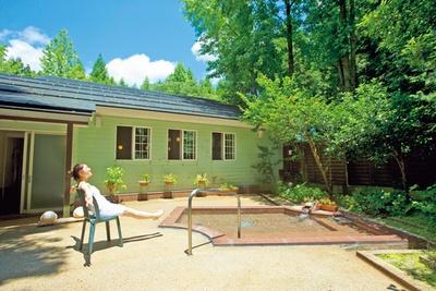 神鍋山から湧き出る源泉はpH値8.95の美肌温泉。露天風呂以外に、サウナや大浴場もあり/ブルーリッジホテル
