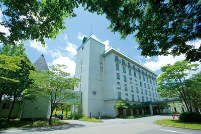 神鍋高原の自然に囲まれたホテル。7月21日から8月31日(土)にはプール(1200円)もオープン/ブルーリッジホテル