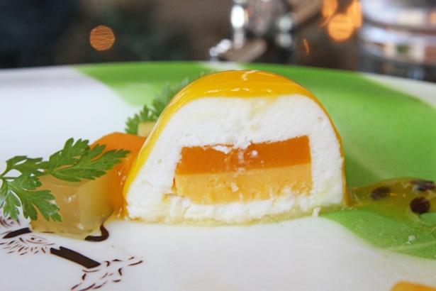 「クリームチーズとパッションフルーツのムース」の断面。クリームチーズのムースが、パッションフルーツのクリームとゼリーを包み込む