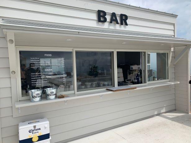 海辺のカフェのような外観。フードもドリンクも販売
