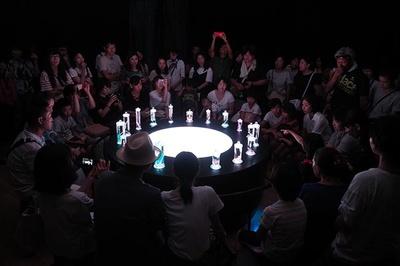 【写真を見る】音楽と光で演出された幻想的な標本瓶のライティングショー