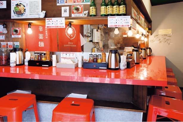 厨房を囲むカウンター席のみ。ライブ感もごちそうの一つ/スパイス担担麺専門店 香辛薬麺