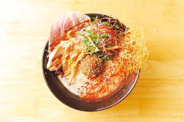 鯛のアラを強火で炊いた鯛白湯がベースの「鯛担麺(1辛)」(850円)/鯛担麺専門店 抱きしめ鯛