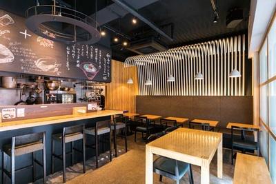 洋食店と居酒屋のよさを合わせたような空間も個性的。女性でも入りやすい/鯛担麺専門店 抱きしめ鯛
