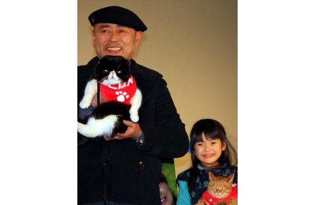 伊武雅刀、子役の奥田いろはがネコたちと舞台挨拶