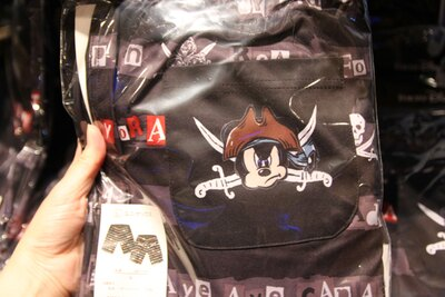 """ハーフパンツ(2300円)は、後ろのポケットにも""""海賊ミッキー""""たちのイラストが"""