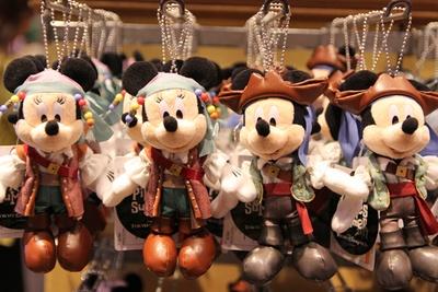 海賊のコスチュームがよくお似合い!ミッキーマウスとミニーマウスのぬいぐるみバッジ(各1700円)