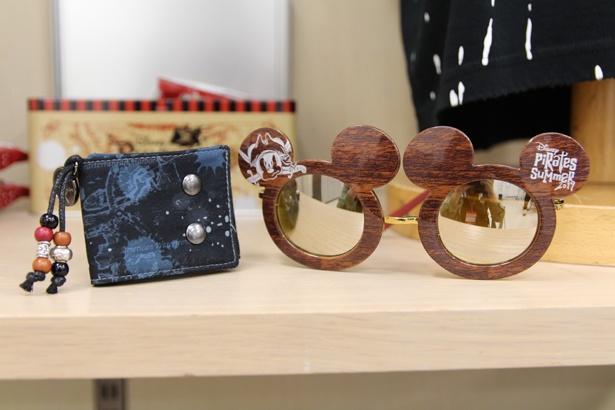 海賊風コーデのワンポイントにおすすめのリストバンド(写真左、900円)とファッション用グラス(2000円)