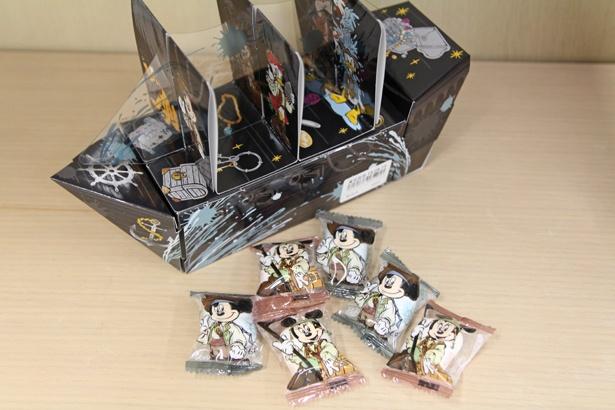 海賊船のボックスの中にマシュマロが計14個入っている。ミッキーマウスとミニーマウスが描かれた、個包装の袋もかわいい。値段は900円