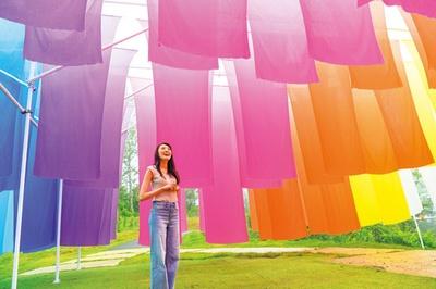 江戸時代から続く高島市の伝統産業「高島ちぢみ」で織り上げた生地を虹色に配置。約200枚のカラフルな生地がなびく「虹のカーテン」/びわこ箱館山 ゆり園