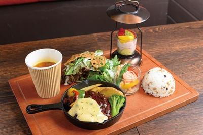 日替わりランチセット(1620円)。メインに滋賀の野菜を使ったサラダやミニランタンパフェ付き/パフェ専門店LAMP