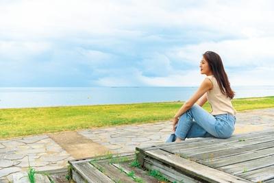広いデッキがあり、夏はパラソルが出されるので、冷たいドリンク片手に琵琶湖の穏やかな景色を眺めてのんびり過ごせる/マキノサニービーチ高木浜