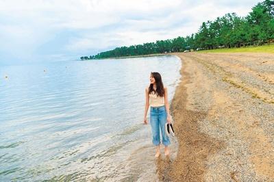 「マキノサニービーチ高木浜」の美しい水を見たら、靴を脱いで歩かずにはいられない!心地よい風に吹かれながら水の中を歩けば、涼感たっぷり/マキノサニービーチ高木浜