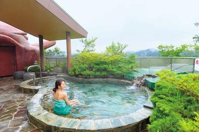 露天風呂から朽木の山並みが一望できて爽快。露天風呂にも緑が多く配され、澄んだ空気の中でリラックスできること間違いなし!/くつき温泉 てんくうの湯