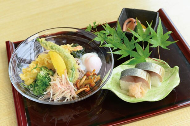 「里山レストラン天空」の鯖寿司御膳。7・8月は鯖寿司と冷たいそばとのセットで1404円/くつき温泉 てんくうの湯