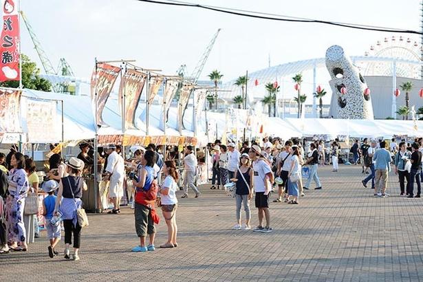 【写真を見る】神戸らしさが光る多くの出店などが立ち並ぶ