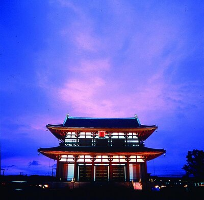 美しくライトアップされる平城宮朱雀門