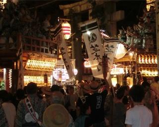 当番町の山車が三嶋大社大鳥居前に集まり一斉に競り合いが始まる